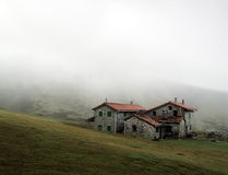 Refugio de la montaña con niebla Fotos de archivo