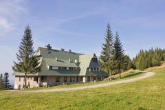 Refugio de la montaña en el top de la montaña de Przehyba, Polonia Imagen de archivo libre de regalías