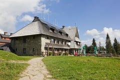 Refugio de la montaña en el top de la montaña de Turbacz, Polonia Foto de archivo libre de regalías