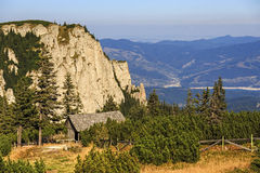Refugio de madera en paisaje de la montaña imagenes de archivo