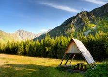 Refugio de madera en prado Fotografía de archivo