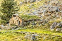 Refugio de piedra - montañas de los Pirineos Imagen de archivo