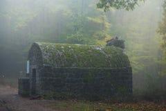 Refugio en la niebla fotografía de archivo libre de regalías