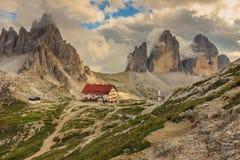 Refugio en las dolomías, Tre Cime Di Lavaredo, montañas, Ital de Locatelli Imagen de archivo