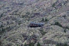 Refugio en montañas Imagenes de archivo