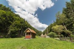 Refugio en prado Foto de archivo