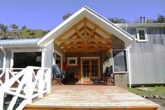 Refugio Lago Grey och campa i den Torres del Paine nationalparken Arkivbild