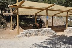 Refugio para el burro para que el viaje excave de Zeus en las montañas de Dikti de la isla de Creta de Grecia fotos de archivo libres de regalías