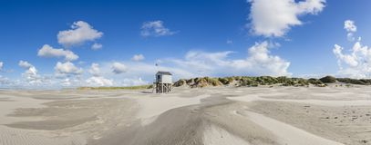 Refugio para los náufragos trenzados en la playa de Terschelling, Neth fotografía de archivo