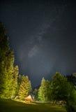 Refugio que acampa en la noche estrellada rodeado por los árboles Fotografía de archivo libre de regalías