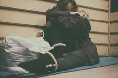 Refugio que toma adolescente joven sin hogar foto de archivo libre de regalías