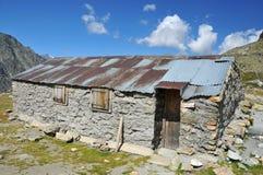 Refugio simple en las montañas Fotos de archivo