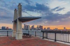 Refugio y banco que pasan por alto el puerto de Boston con el horizonte foto de archivo