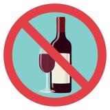 Refus d'alcool, alcool d'arrêt Une bouteille de vin avec un verre est biffée avec une ligne rouge Photographie stock