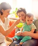 Refuser de alimentation du père .baby de mère Images stock