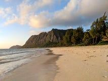 Regaço delicado da onda na praia de Waimanalo em um dia agradável foto de stock royalty free