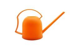 Regadera anaranjada, pote de riego anaranjado en el fondo blanco Imágenes de archivo libres de regalías