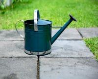 Regadera de la herramienta que cultiva un huerto en un jardín fotos de archivo