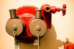 Regadera del fuego fuera del edificio en la pared marrón Fotografía de archivo libre de regalías