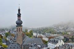 Regain au-dessus de ville de Cochem le matin Photos stock