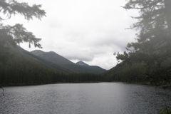 Regain et brouillard au-dessus d'un lac Photo stock