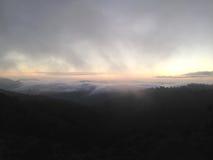Regain sur la montagne brouillard Photo libre de droits