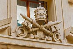 Regalía papal e insignias en el edificio en el cuadrado de San Pedro, Imágenes de archivo libres de regalías