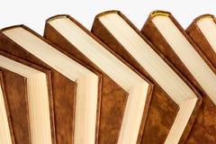 Regal der alten Bücher lokalisiert auf weißem Hintergrund Lizenzfreie Stockfotografie