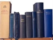 Regal der Bibeln Lizenzfreie Stockfotos