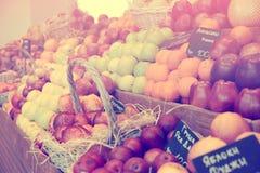 Regal mit den Früchten, getont Lizenzfreie Stockbilder