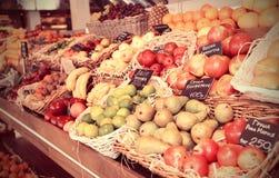 Regal mit den Früchten, getont Lizenzfreies Stockfoto