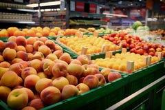 Regal mit den Früchten, getont Lizenzfreie Stockfotos
