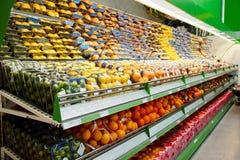 Regal mit Früchten Stockfoto