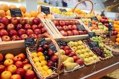 Regal mit Früchten Lizenzfreie Stockfotos