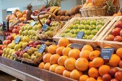 Regal mit Früchten Stockfotos