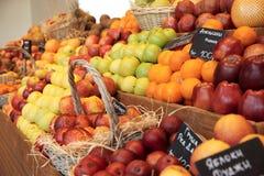 Regal mit Früchten Stockbilder