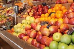 Regal mit Früchten Lizenzfreies Stockbild