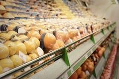 Regal mit Früchten Stockfotografie