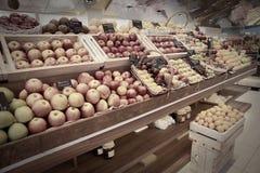 Regal mit Früchten Stockbild