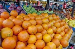 Regal mit Früchten auf einem Bauernhofmarkt Stockbilder