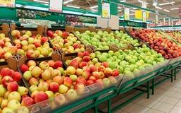 Regal mit Früchten in einem Speicher Stockfoto