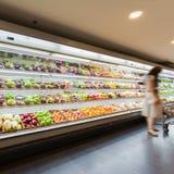 Regal mit Früchten im Supermarkt Stockfotos