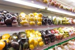 Regal mit Früchten im Supermarkt Stockbilder