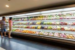 Regal mit Früchten im Supermarkt Stockfotografie