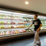 Regal mit Früchten im Supermarkt Stockbild