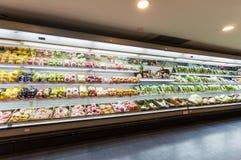 Regal mit Früchten im Supermarkt Lizenzfreie Stockbilder