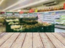 Regal mit Früchten im Supermarkt Stockfoto