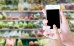 Regal mit Früchten im Supermarkt Lizenzfreies Stockbild