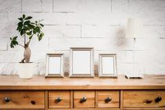 Regal mit Rahmen und Blume Lizenzfreies Stockfoto