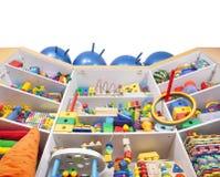 Regal mit Spielwaren Lizenzfreie Stockbilder
